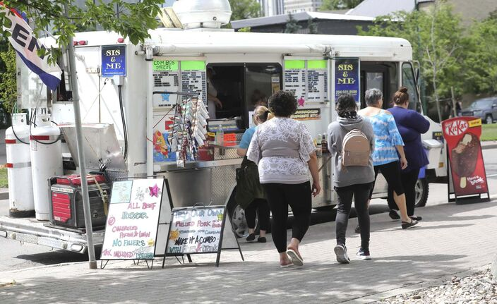 Customers line up to order lunch from Sis & Me food truck on Broadway. (Ruth Bonneville / Winnipeg Free Press)</p></p>