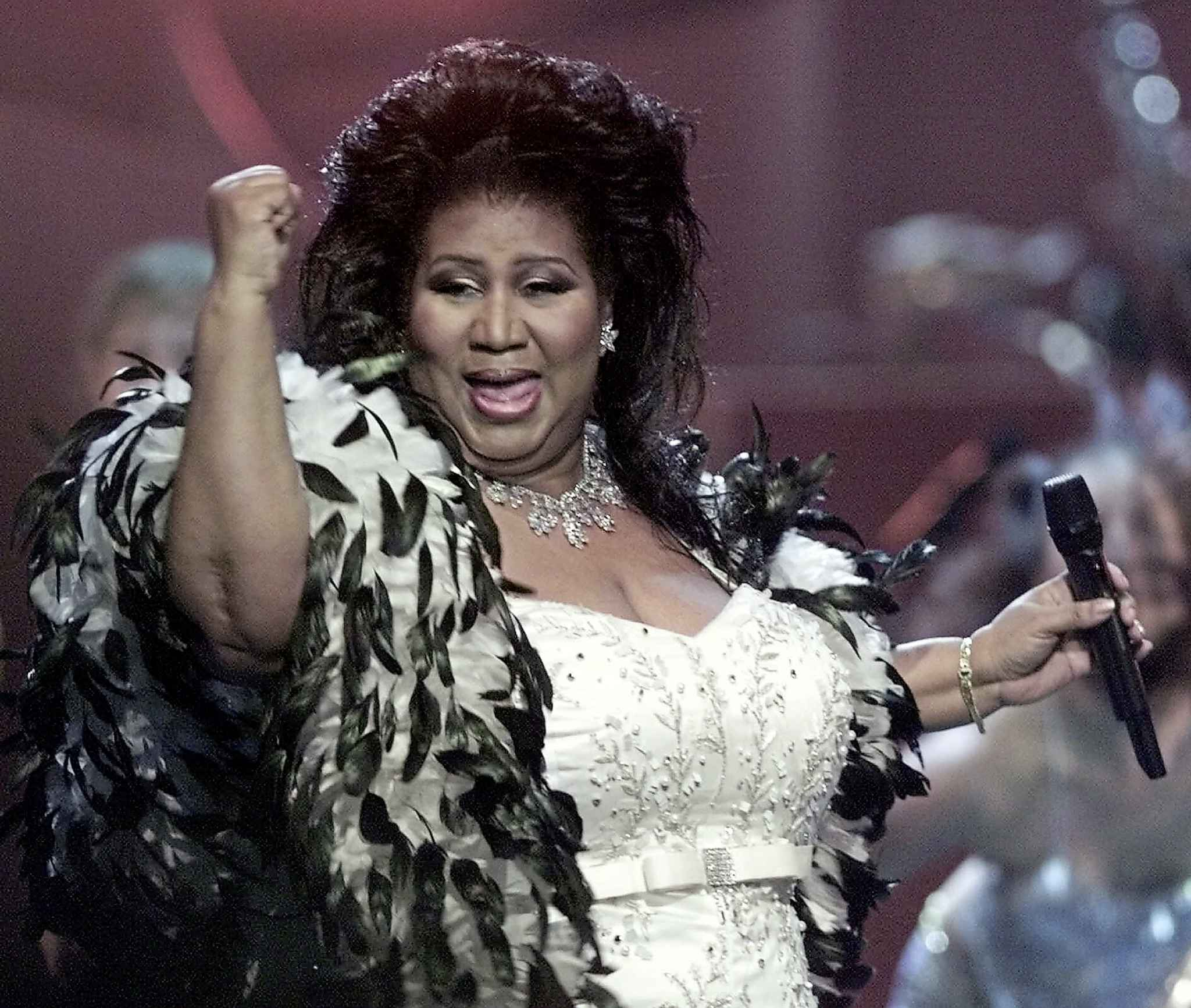 Franklin performs during the VH1 Divas 2001: The One and Only Aretha Franklin tribute in New York. (Suzanne Plunkett / Associated Press files)