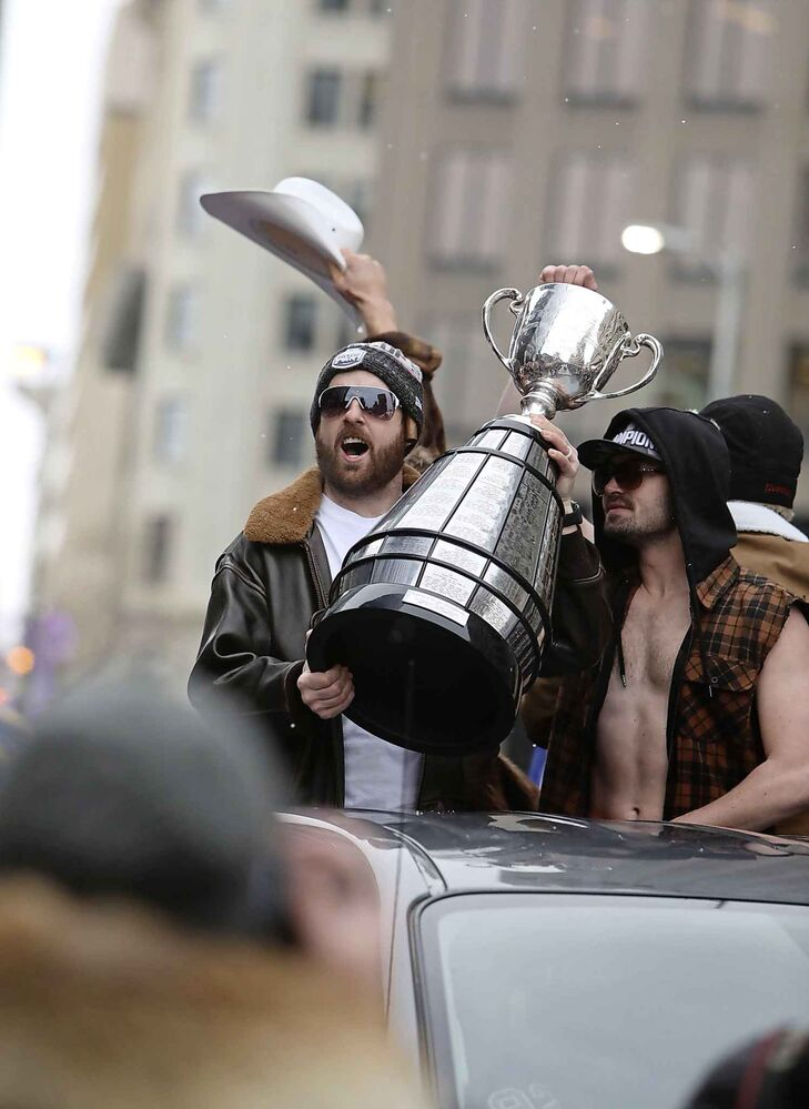 Winnipeg Blue Bombers celebrate their Grey Cup win with teammates and thousands of fans.  (Ruth Bonneville / Winnipeg Free Press) -
