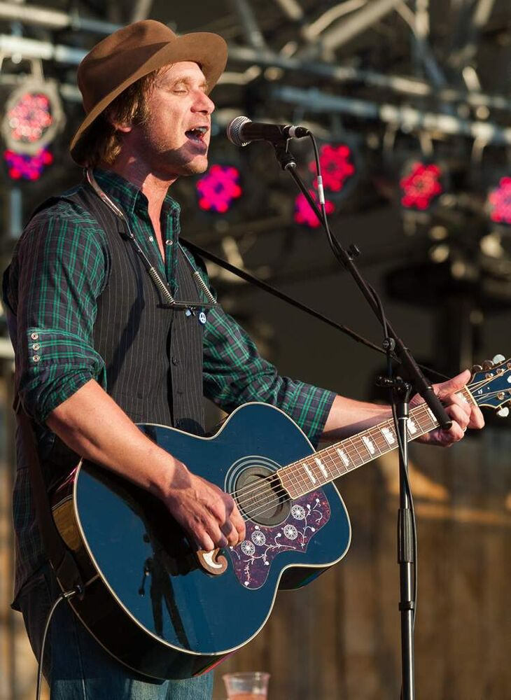 Todd Snider, a singer-songwriter from Oregon, performs on the Main Stage Saturday. (Melissa Tait / Winnipeg Free Press)