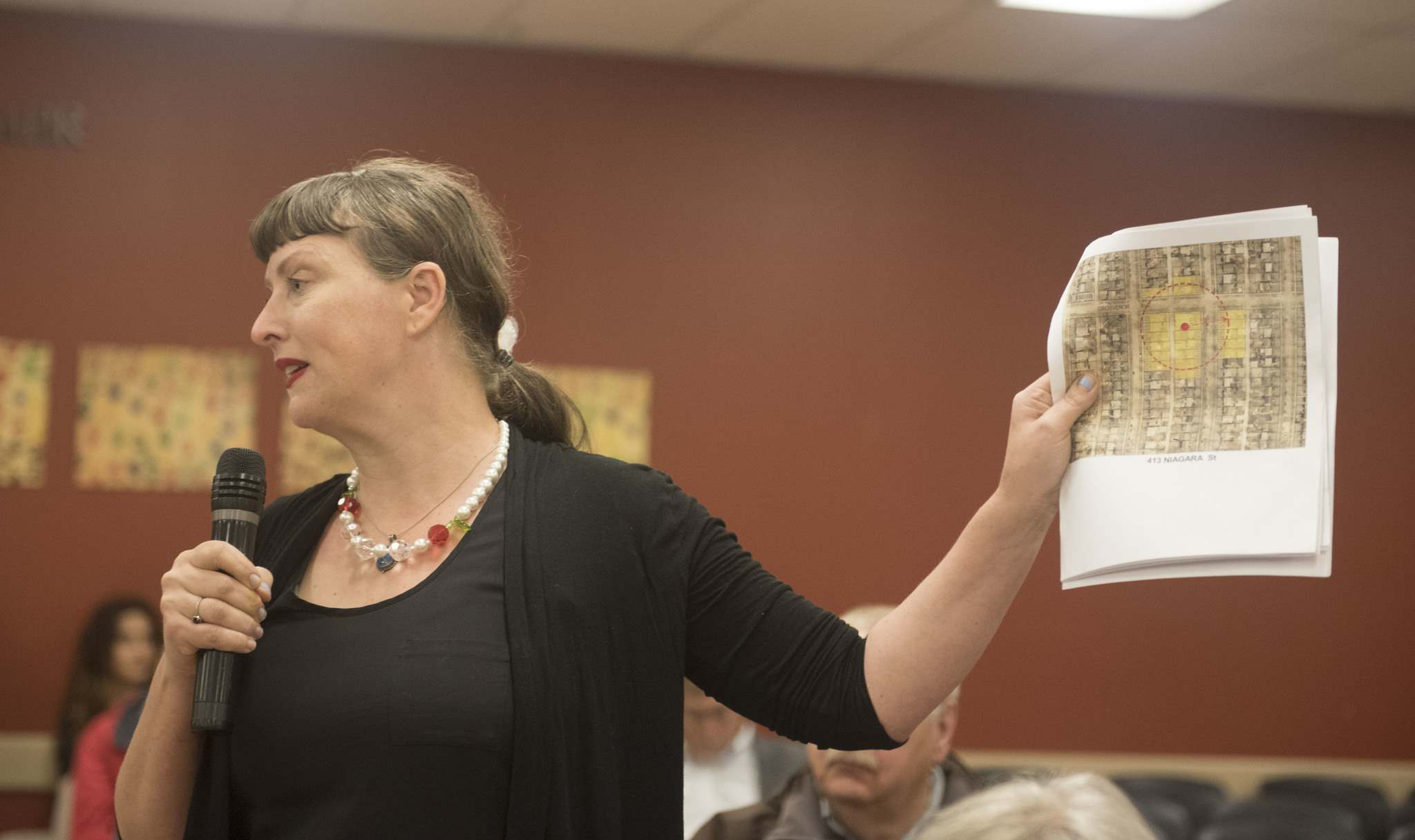 DAVID LIPNOWSKI / WINNIPEG FREE PRESS</p><p>Local River Heights resident Abigail Mickelthwate voices her concerns about a proposed cell phone tower in her area during a town hall meeting with The Hon. Jim Carr, MP for Winnipeg South Centre and minister of Natural Resources at the Radi Centre Wednesday night.</p>