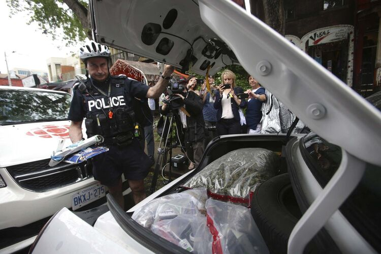 The Toronto Police Service is reportedly considering a policy that would prevent officers from using legal cannabis within 28 days of work. (The Canadian Press/Cole Burston)</p>
