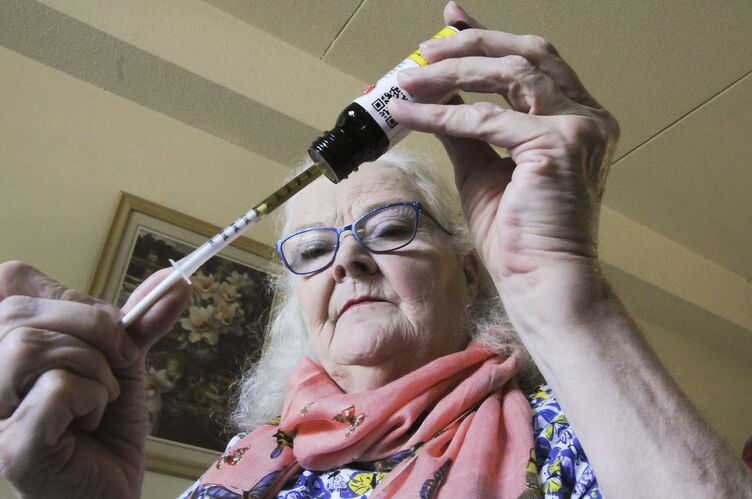 Sandi Krasowski / Winnipeg Free Press</p><p>Alda McMillan extracts cannabis oil while in her Thunder Bay apartment.</p>