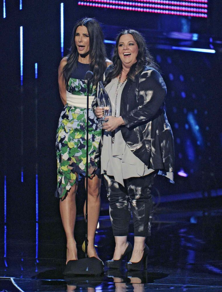 Sandra Bullock, left, and Melissa McCarthy accept the People's Choice award for favourite comedic movie for 'The Heat' Wednesday in Los Angeles. (Chris Pizzello/ Invision/ The Associated Press)