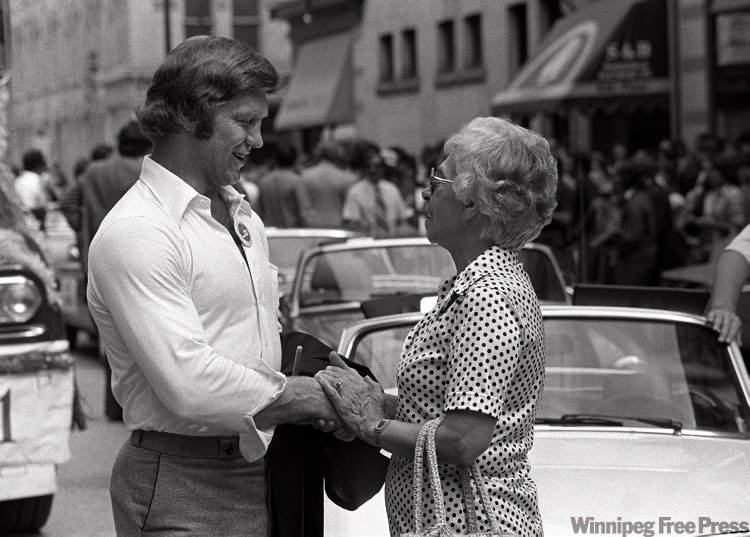Bobby Hull chats with fan at victory parade.