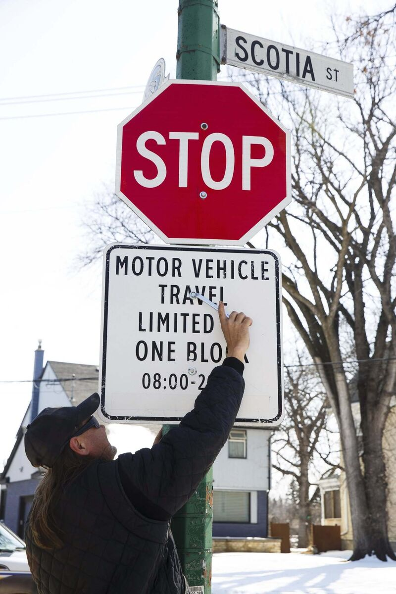 MIKE DEAL / WINNIPEG FREE PRESS FILES</p><p>A city employee affixes Open Streets signage in 2020.</p>