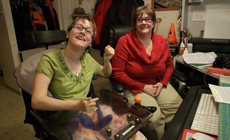 Allison and her mother, Wendy Onslow, practise at home. (Mike Deal / Winnipeg Free Press)