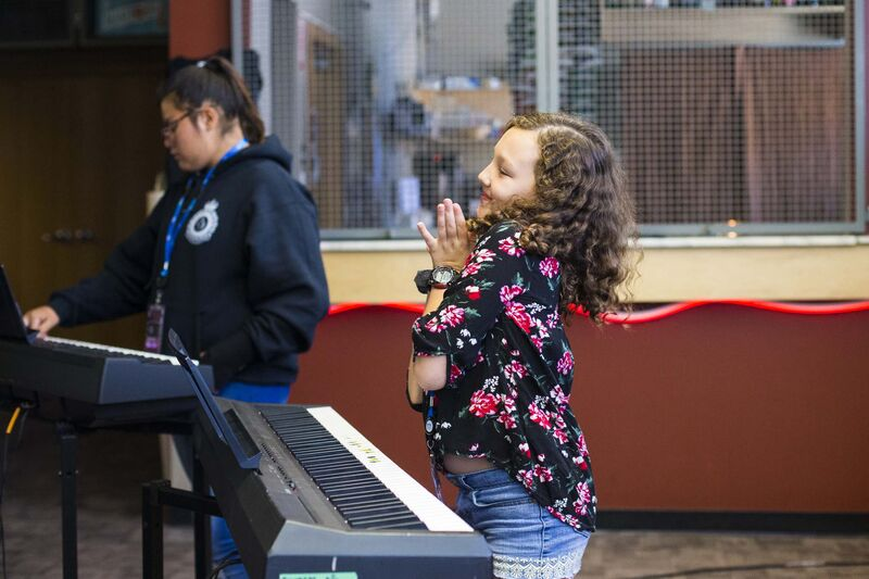 Amellie Tara dances during the keyboard class. (Mikaela MacKenzie / Winnipeg Free Press)</p>