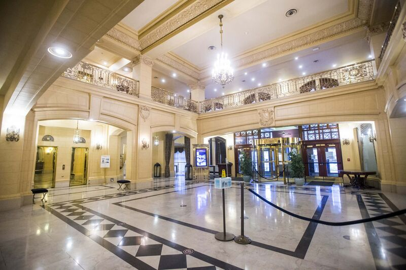 The empty lobby at the Hotel Fort Garry. (Mikaela MacKenzie / Winnipeg Free Press)
