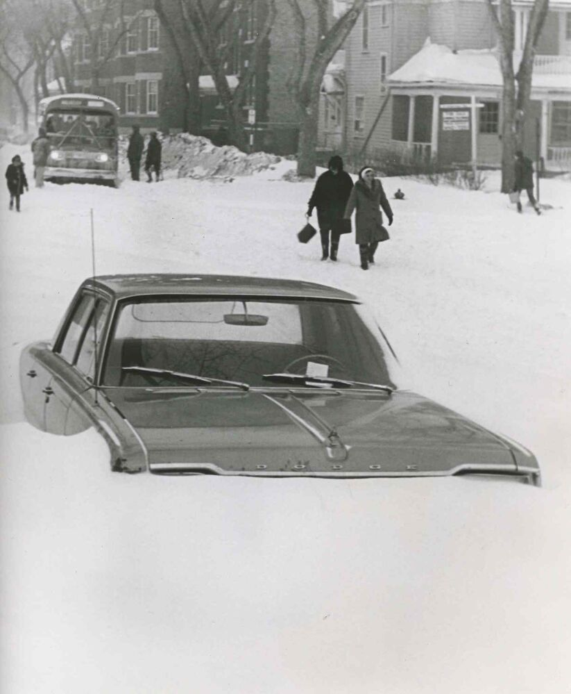 Cars buried by snow. (Gerry Cairns / Winnipeg Free Press Archives)