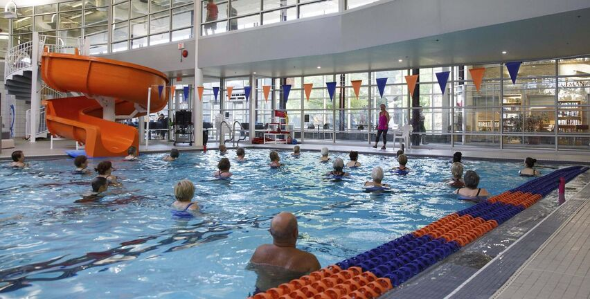 A Deep Aquatics Waterfit class at the Rady JCC. Physical activity has been found to be safe for those with knee osteoarthritis and can help with pain, as well as improve mobility, function and quality of life. (Mike Deal / Winnipeg Free Press)