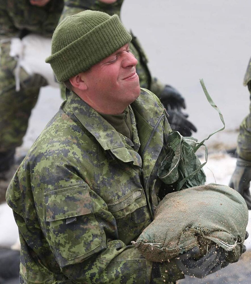 Members of 2 PPCLI  Shilo reinforce a dike on the Assinboine River off Hyw 430, north of  Oakville, MB Thursday.  May 12, 2011. (Joe Bryksa / Winnipeg Free Press)