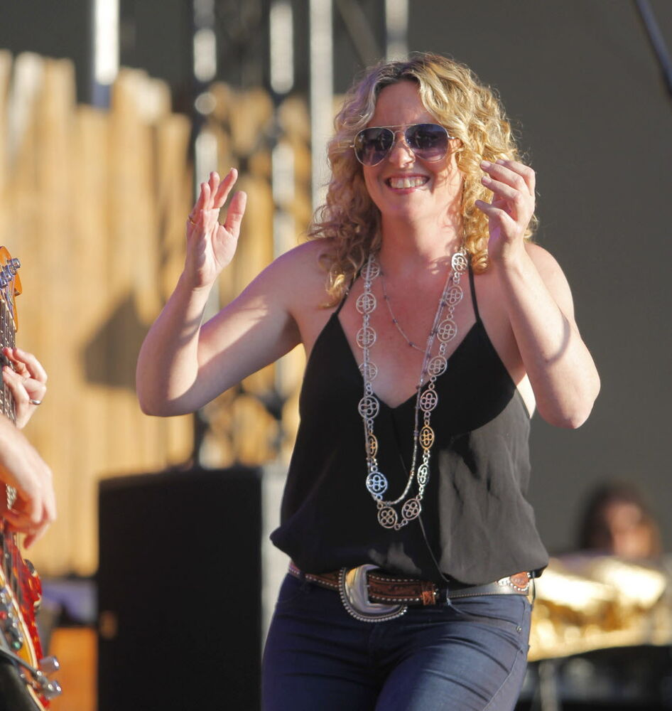 Amy Helm and the Handsome Strangers on Main Stage.  (BORIS MINKEVICH / WINNIPEG FREE PRESS)