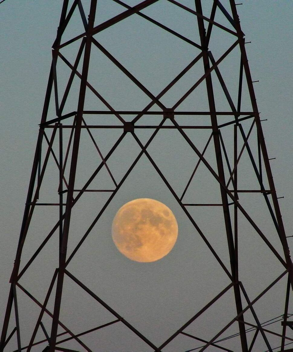 The moon is framed by a Manitoba Hydro tower as it rises early in the evening.   Sunday, October 28, 2012.  (MIKE DEAL / WINNIPEG FREE PRESS)