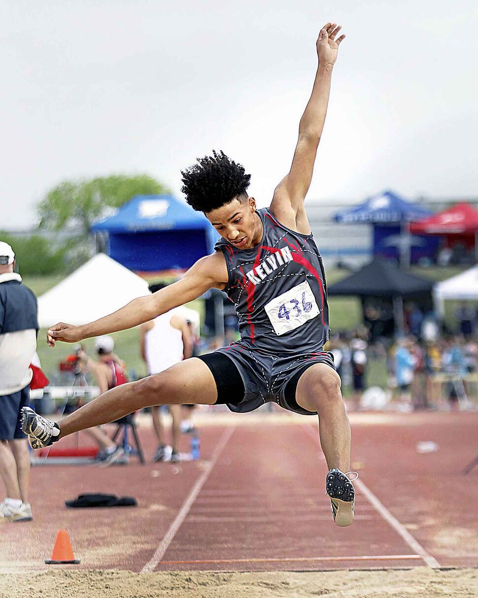 PHIL HOSSACK / WINNIPEG FREE PRESS</p><p>Kelvin Collegiate decathlete Cyrus Kyle leaps into a long jump in competition Saturday afternoon, June 9, 2018.</p>