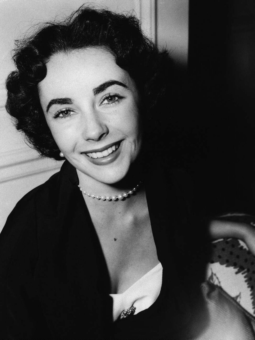 In a June 10, 1950 file photo, actress Elizabeth Taylor is shown on her arrival from Paris to London, at the Savoy Hotel. (AP Photo/File)