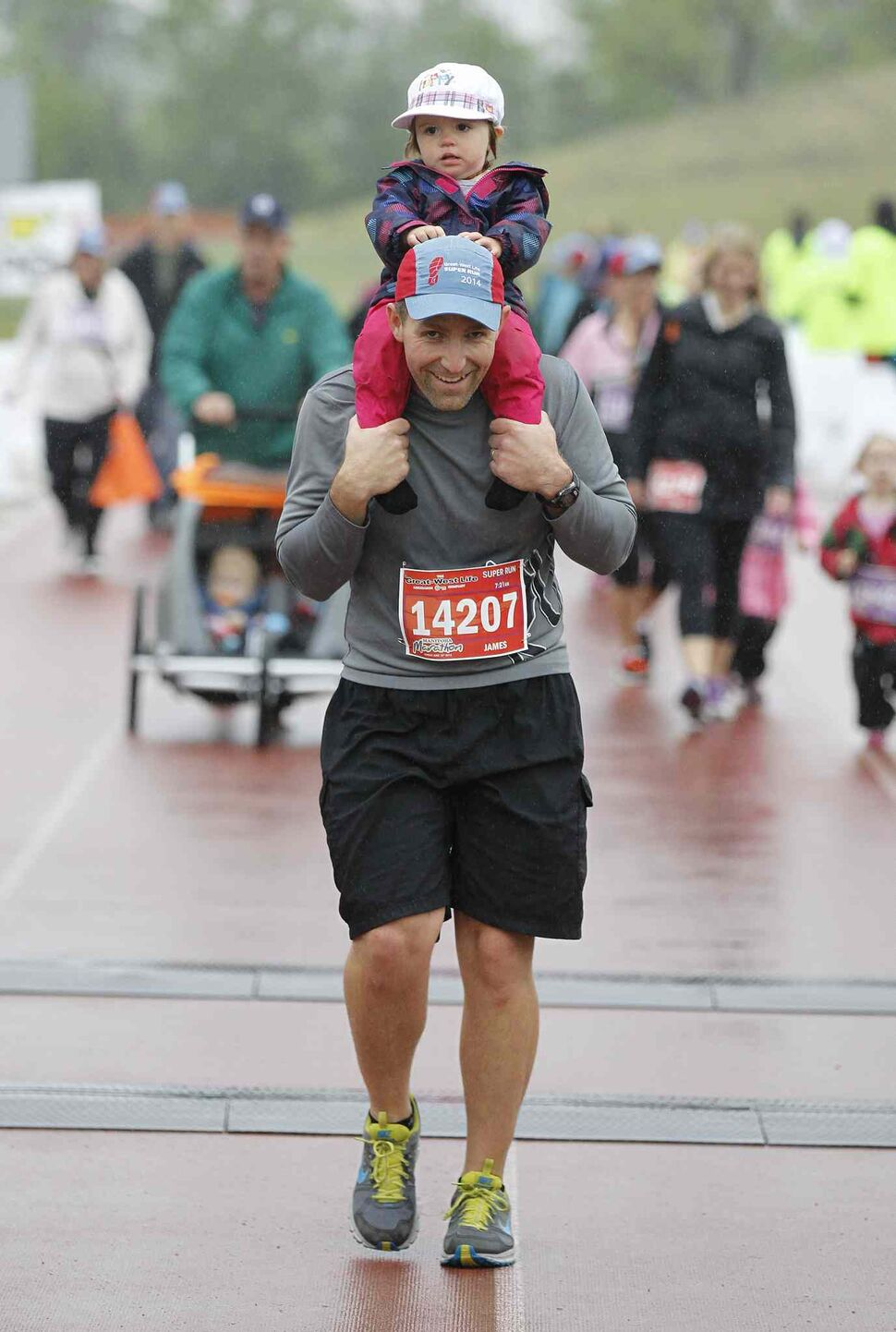 Super Run participants double up. (Trevor Hagan / Winnipeg Free Press)