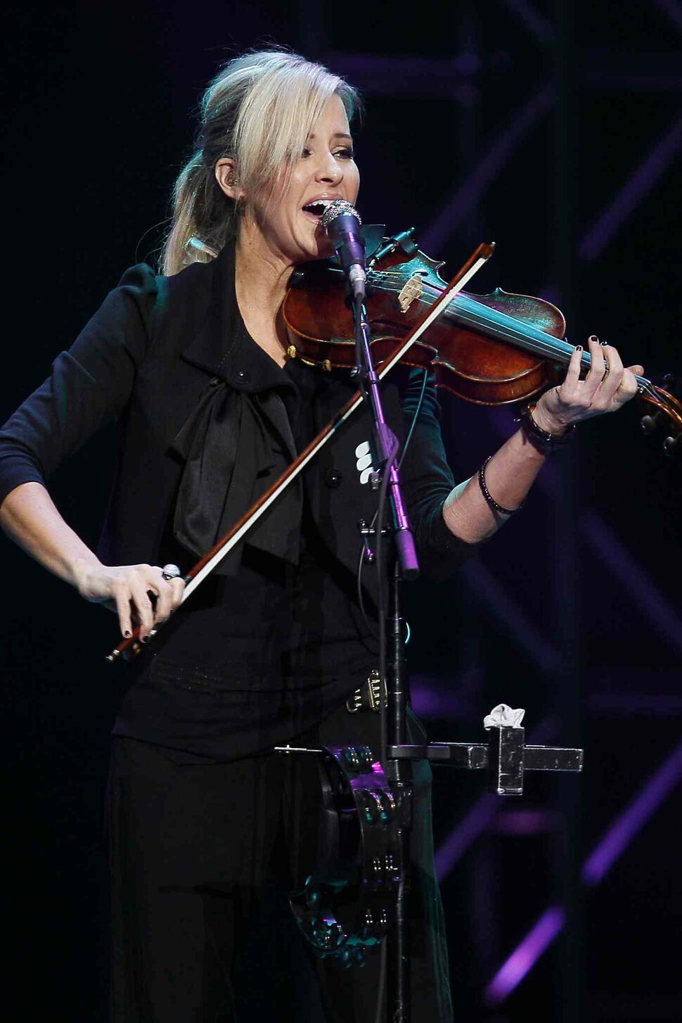 Martie Maguire sings and fiddles with the Dixie Chicks at the MTS Centre Tuesday. (JOHN WOODS / WINNIPEG FREE PRESS)