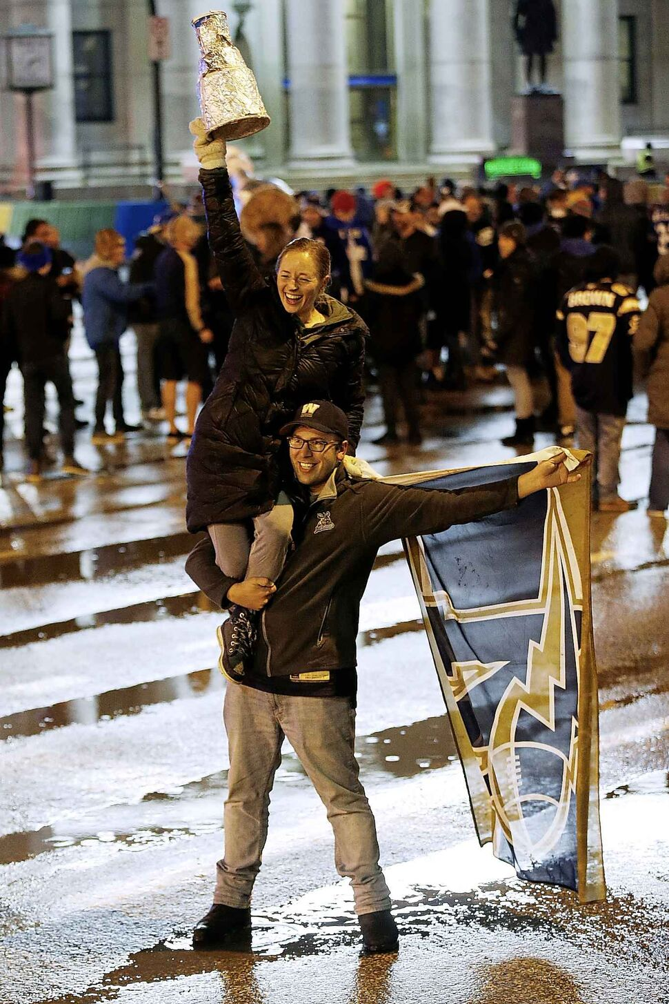 Winnipeg Blue Bomber fans celebrate winning the 107th Grey Cup.  (John Woods / The Canadian Press)