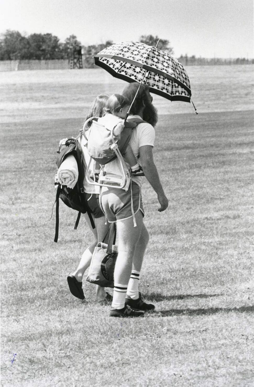 A family attempts to beat the heat on July 12, 1982. (JIM WILEY / WINNIPEG FREE PRESS)