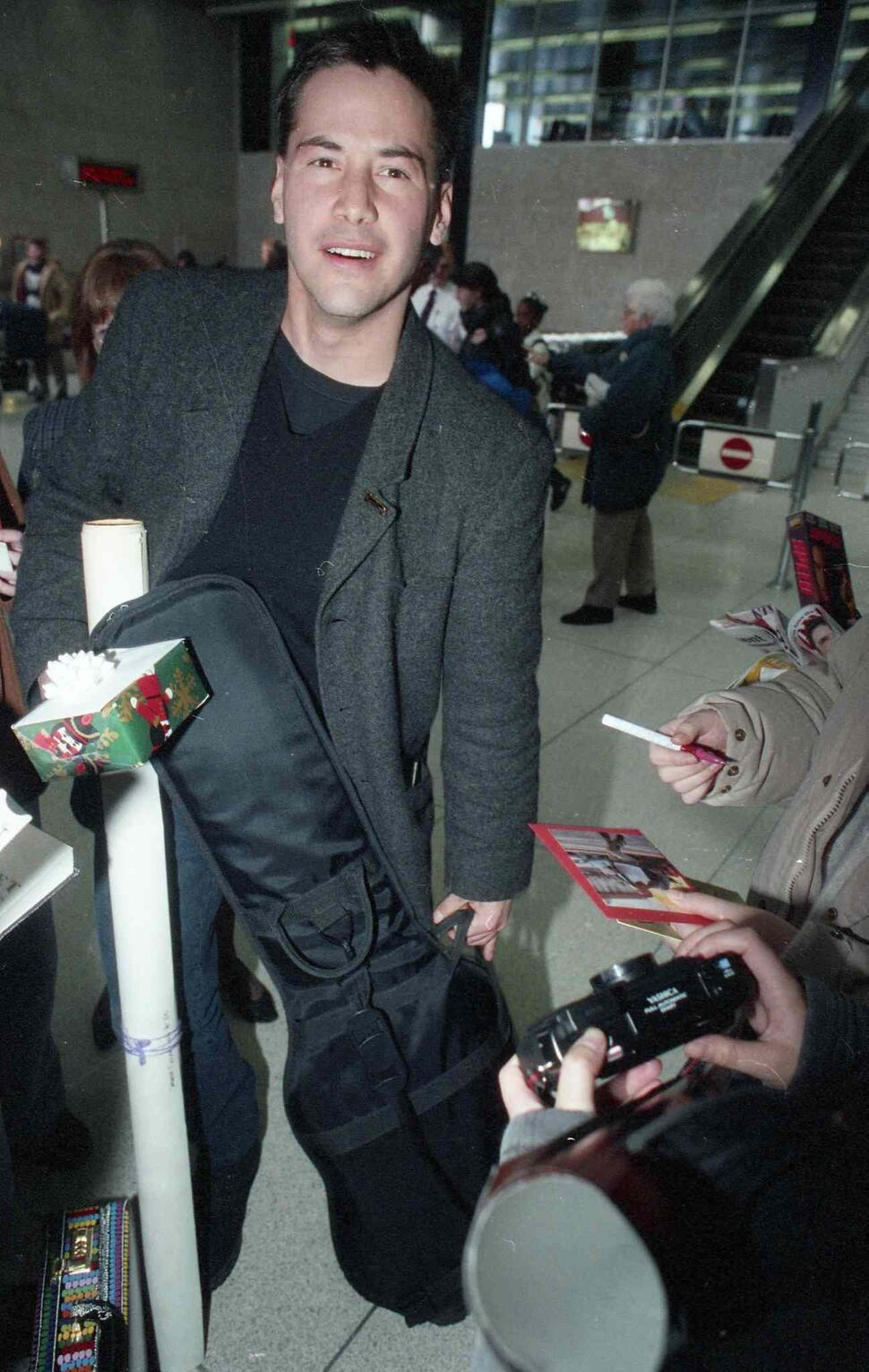 Keanu Reeves arrives in Winnipeg in December 1994 and signs autographs while waiting for his luggage at the airport. He was in Winnipeg starring in the MTC production of Hamlet.  (COLIN CORNEAU / WINNIPEG FREE PRESS Files)