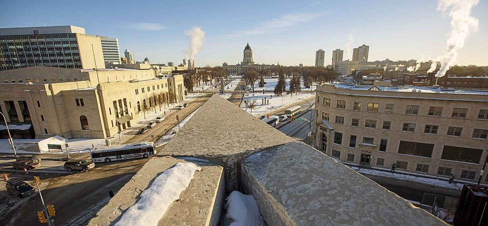 The prow of the WAG roof points toward the Manitoba Legislative building Wednesday afternoon. (MIKE DEAL / WINNIPEG FREE PRESS)