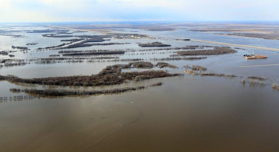 The flooded Red River is developing into the Red Sea outside of the Manitoba town of St Jean Baptiste Wednesday. Highway traffic in the area is closed. JOE BRYKSA/WINNIPEG FREE PRESS