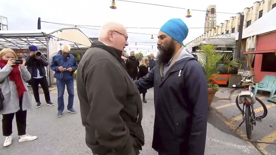 Jagmeet Singh speaks with a man who suggested the NDP leader cut off his turban to look more Canadian, at Montreal's Atwater Market on Wednesday. (TWITTER)