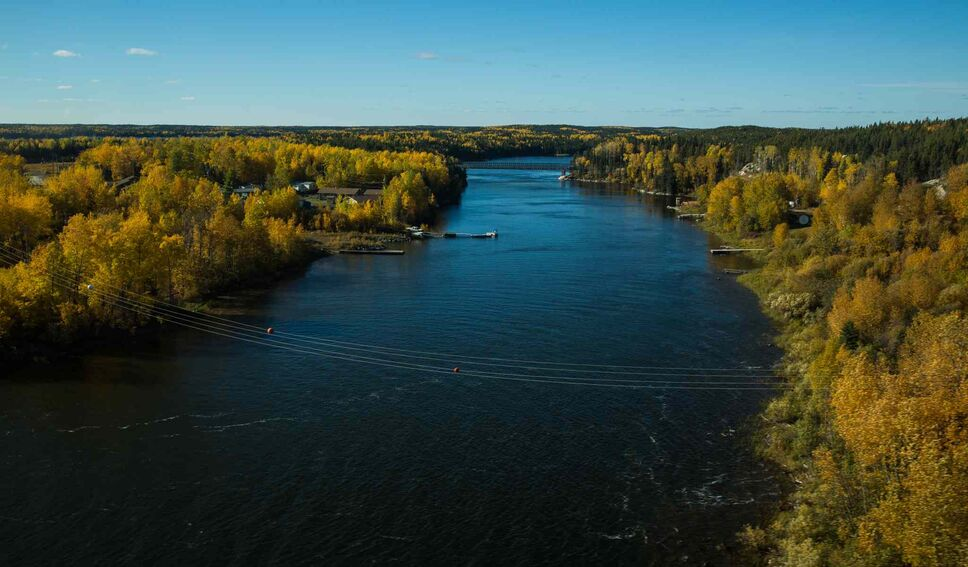 The causeway over the narrows between the two communities. (Mike Deal / Winnipeg Free Press)