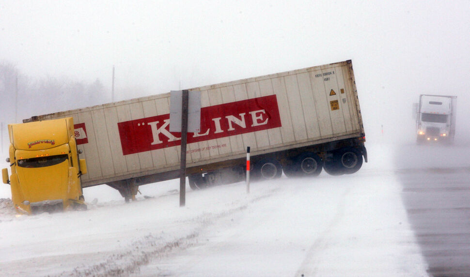 Blizzard conditions made for dangerous conditions Sunday on the Trans-Canada Highway.   (JOE BRYKSA / WINNIPEG FREE PRESS)