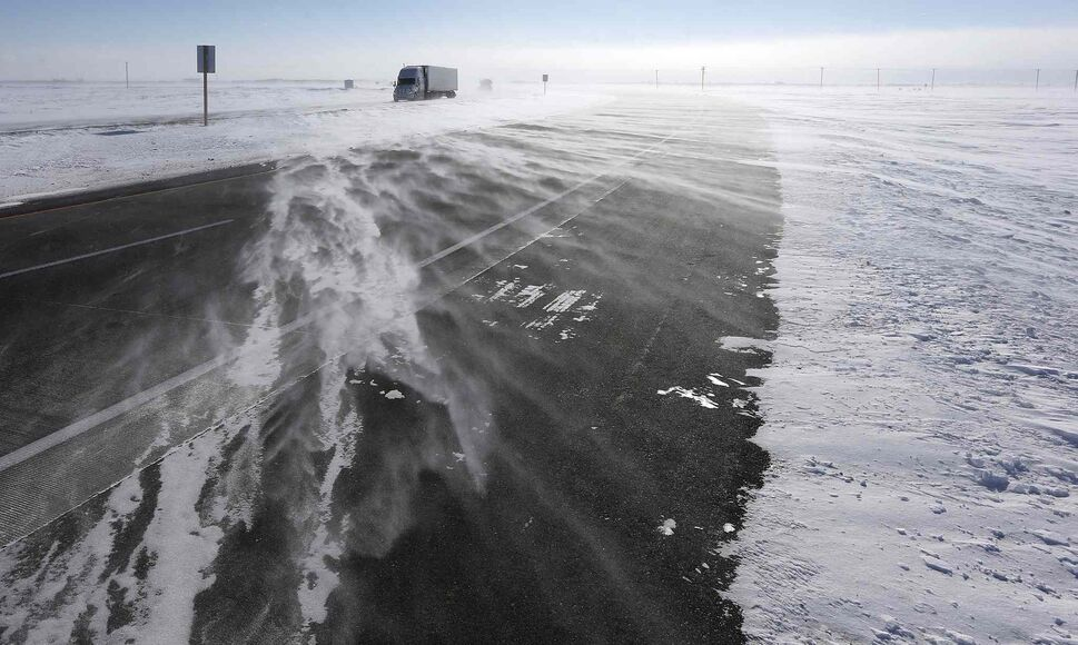 High winds and blowing snow on CentrePort Canada Way face drivers coming in and out of the city as temperatures dropped to around -30 C on Feb. 26. (KEN GIGLIOTTI / WINNIPEG FREE PRESS)