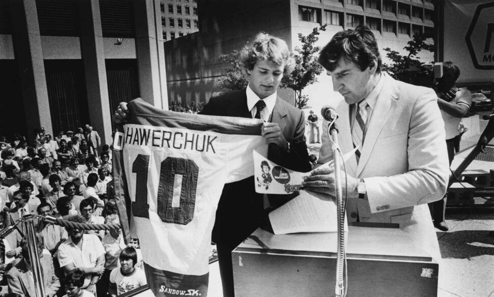 Dale Hawerchuk signs his first NHL contract at the corner of Portage and Main with Jets GM John Ferguson. (Jim Wiley photo / Winnipeg Free Press files)  ( )