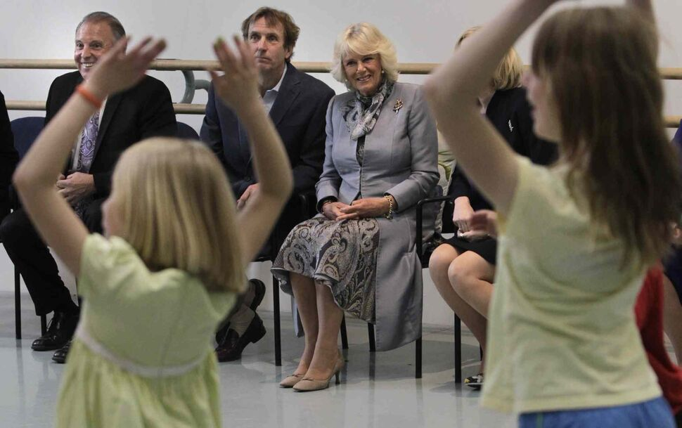 From left, Ron Lemieux, MLA and Minister of Tourism, Royal Winnipeg Ballet Artistic Director Andre Lewis and Camilla, Duchess of Cornwall watch an RWB outreach movement workshop with children from Art City. (Wayne Glowacki / Winnipeg Free Press)