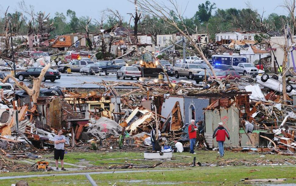 Residents of Joplin, Mo, survey the damage of their homes and city on Monday, May 23, 2011.  (AP Photo/Mike Gullett) (CP)