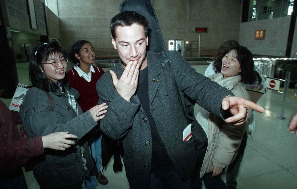 Keanu Reeves arrives in Winnipeg in December 1994 and signs autographs while waiting for his luggage at the airport. (COLIN CORNEAU / WINNIPEG FREE PRESS Files)