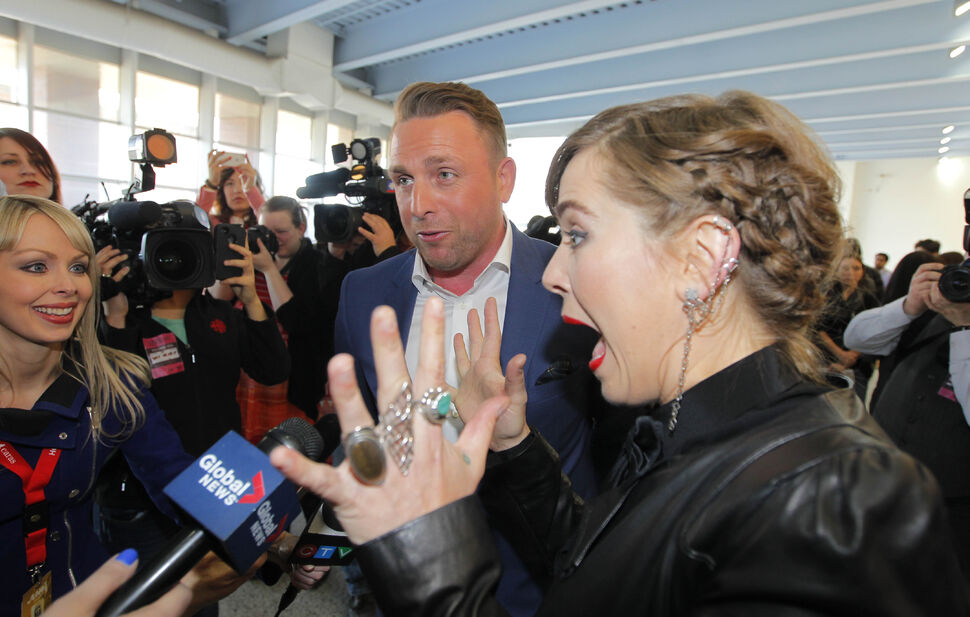 Johnny Reid and Serena Ryder talk to reporters at the MTS Centre Friday.  (BORIS MINKEVICH / WINNIPEG FREE PRESS)