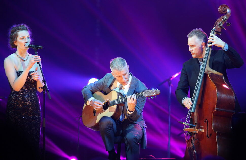 Erin Propp, Larry Roy and Mike Downes perform during the In Memoriam Tribute at the 2014 Juno Gala. (TREVOR HAGAN / WINNIPEG FREE PRESS)