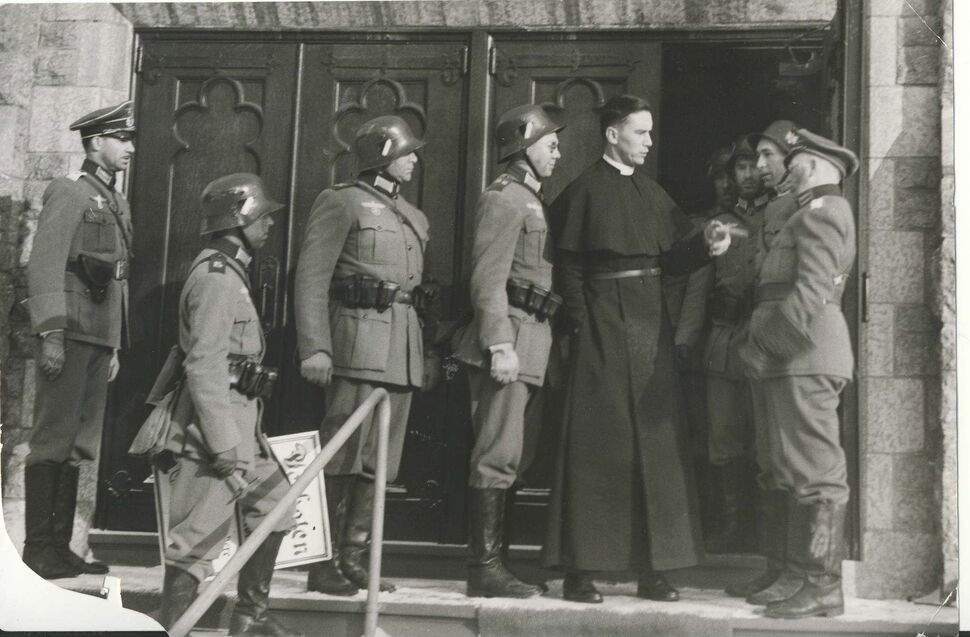 Rev. John Anderson protests to a squad of soldiers about to place placards on All Saints' church. (Winnipeg Free Press Archives)