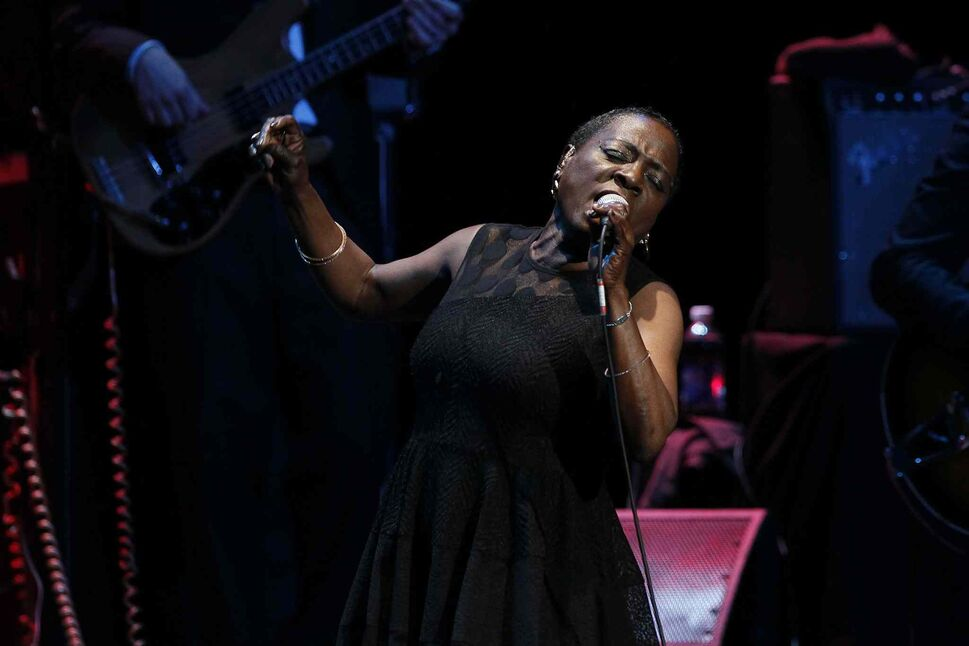 """Through ongoing cancer treatment, Sharon Jones is now back on stage in front of live audiences. """"I've gotten stronger. And I'll keep getting stronger,"""" she told the Free Press in an interview prior to her local tour date. (John Woods / Winnipeg Free Press)"""