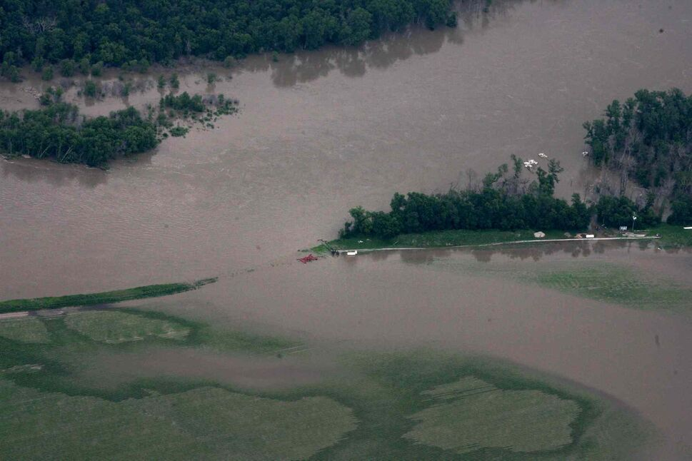 Aerial photo of  flooded roads west of the Portage la Prairie area.   (RUTH BONNEVILLE / WINNIPEG FREE PRESS)