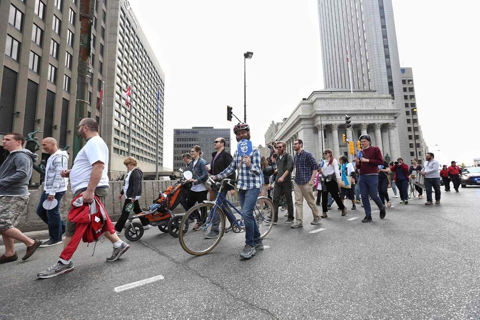 MIKE DEAL / WINNIPEG FREE PRESS   Jane's Walk participants cross Portage and Main on Sunday.  (MIKE DEAL / WINNIPEG FREE PRESS)