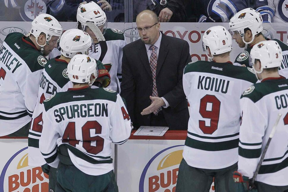 Minnesota Wild head coach Mike Yeo talks to his players during a third-period timeout. (JOHN WOODS / THE CANADIAN PRESS)