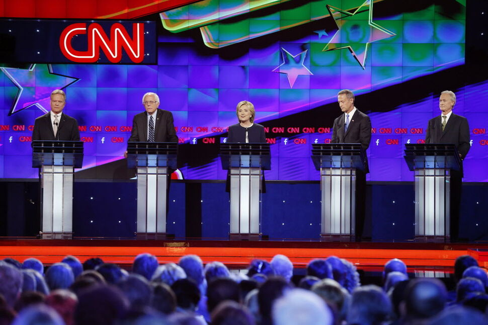 Democratic presidential candidates from left, former Virginia Sen. Jim Webb, Sen. Bernie Sanders, of Vermont, Hillary Rodham Clinton, former Maryland Gov. Martin O'Malley, and former Rhode Island Gov. Lincoln Chafee take the stage before the CNN Democratic presidential debate Tuesday, Oct. 13, 2015, in Las Vegas.  (CP)