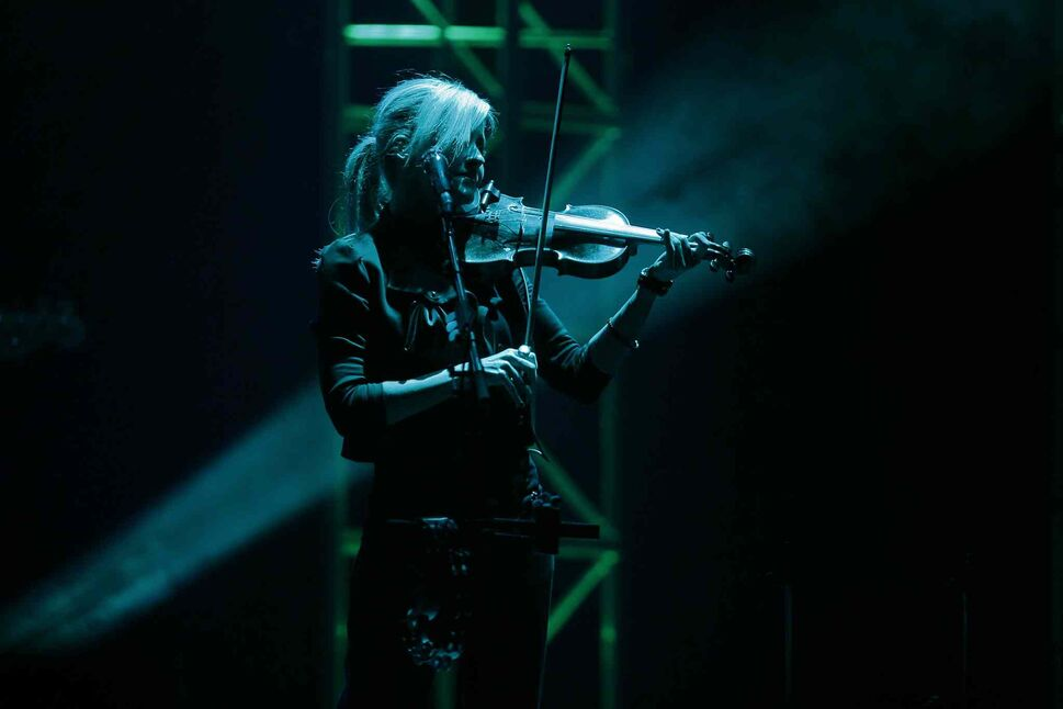 Martie Maguire plays her fiddle during the Dixie Chicks concert.  (JOHN WOODS / WINNIPEG FREE PRESS)