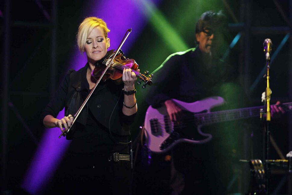 Martie Maguire jams with a Dixie Chicks bandmate at the MTS Centre. (JOHN WOODS / WINNIPEG FREE PRESS)