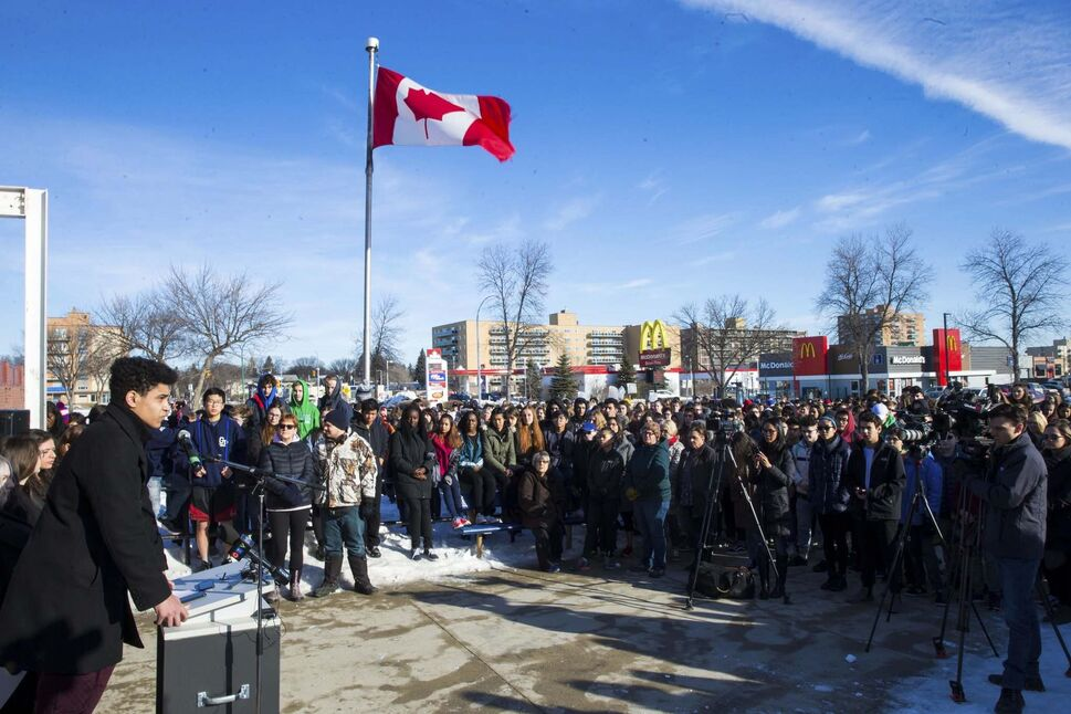 Students at Grant Park protest in solidarity with the students at a Florida high school that was the site of a mass shooting. (Mikaela MacKenzie / Winnipeg Free Press)