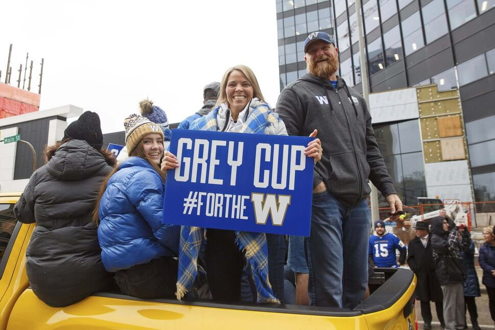 Winnipeg Blue Bomber head coach Mike O'Shea with his wife, Richere, and daughters, during the Grey Cup parade. (Mike Deal / Free Press files)