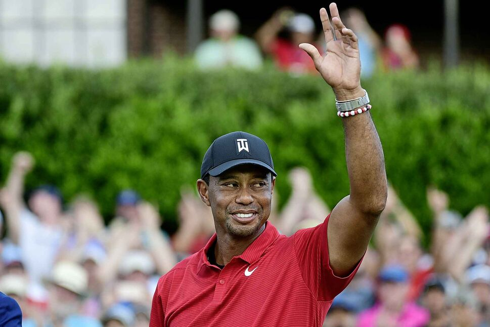 Tiger Woods celebrates on the 18th green after winning the Tour Championship golf tournament last Sunday. (CP)