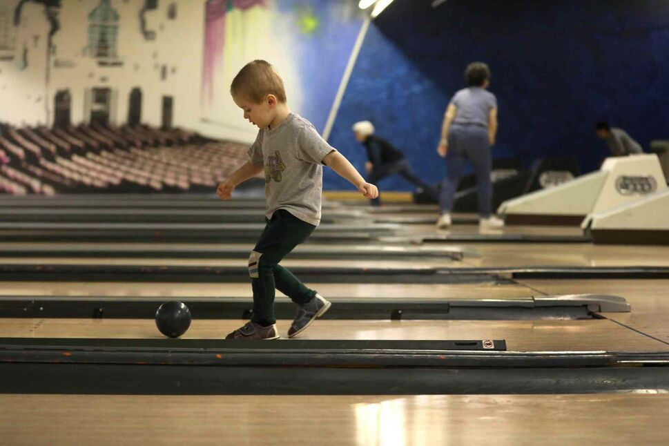 RUTH BONNEVILLE / WINNIPEG FREE PRESS</p><p>Three-year-old Jonas Dredger decides to give his bowling ball a little kick after it fails to go very far after his throw down the lane at Academy Bowling Lanes during a Spring Break outing with his six-year-old brother, Felix, and his dad, Cameron, Tuesday, March 27, 2018.