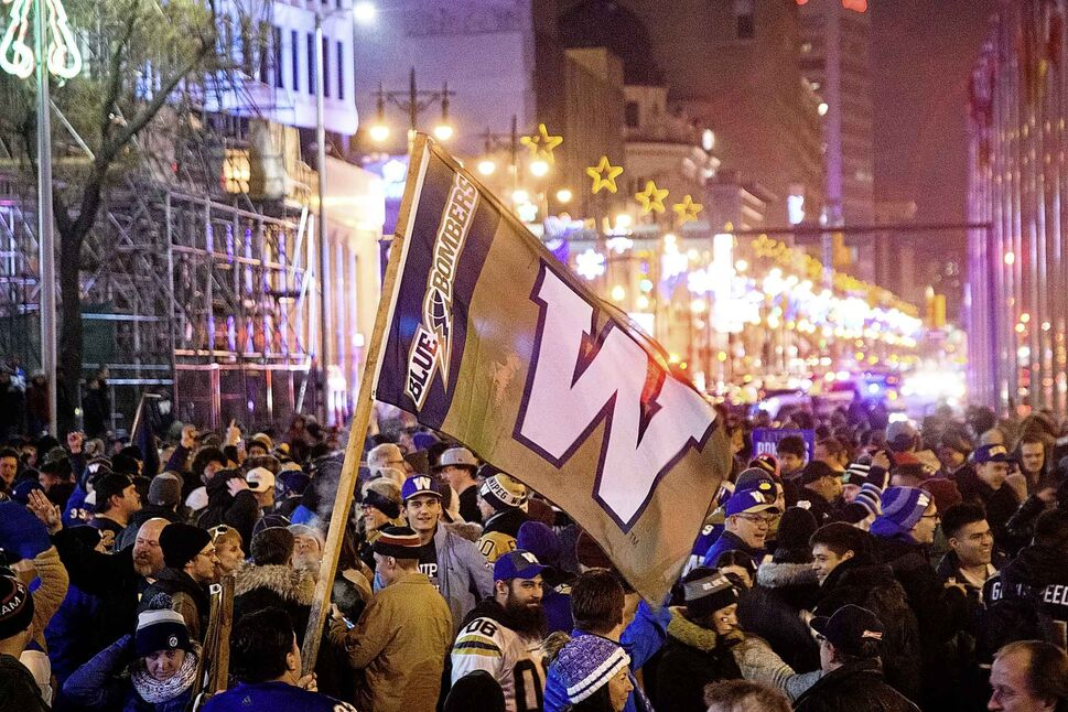 Fans gathered at the Blue Bombers street party at Portage and Main following the team's Grey Cup win. (Mike Sudoma / Winnipeg Free Press)